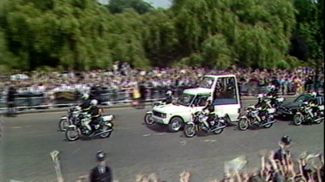 pope benedict xvi visit: metropolitan police outline security plans; tx 28.5.1982 london: popemobile transporting pope john paul ii along crowd-lined... - ローマ法王専用車点の映像素材/bロール