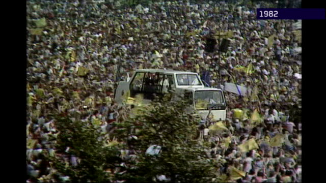 pope benedict xvi visit to britain: one week to go; 1982 ext pope john paul ii along through crowds in popemobile - pope john paul ii stock videos & royalty-free footage
