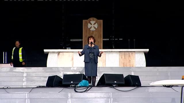 pope benedict xvi visit to britain: susan boyle rehearses; scotland: glasgow: bellahouston park: ext susan boyle rehearsing on stage in preparation... - スーザン ボイル点の映像素材/bロール