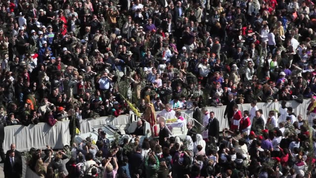 pope benedict xvi waves to the faithfuls during palm sunday mass in st. peter square easter celebrations in rome on april 17, 2011 in vatican city,... - ローマ法王専用車点の映像素材/bロール