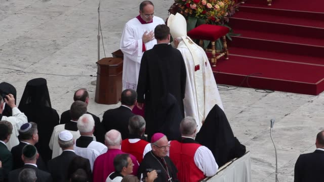 stockvideo's en b-roll-footage met pope emeritus benedict xvi at pope john paul ii and pope john xxiii are declared saints during a vatican mass at st peter's square on april 27 2014... - pope john xxiii