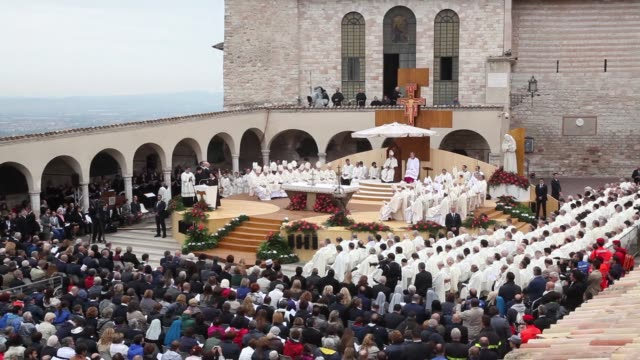 atmosphere pope francis at pope francis visits assisi on october 04 2013 in assisi italy - assisi stock videos and b-roll footage