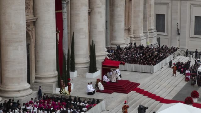 stockvideo's en b-roll-footage met pope francis at pope john paul ii and pope john xxiii are declared saints during a vatican mass at st peter's square on april 27 2014 in vatican city... - pope john xxiii