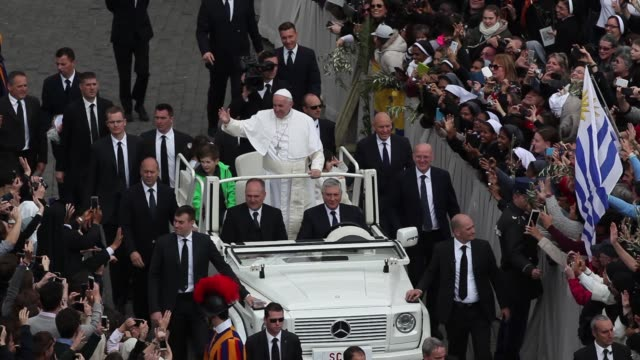 broll pope francis attends palm sunday mass at the vatican on march 20 2016 in vatican city vatican - sonntag stock-videos und b-roll-filmmaterial