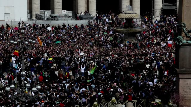 pope francis conducts the palm sunday celebrations in st peter's square at st. peter's square on march 24, 2013 in vatican city, vatican. - サンピエトロ広場点の映像素材/bロール