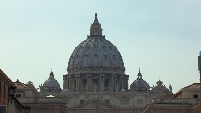 pope francis declared sainthood for pope john paul ii and pope john xxiii in a historic double canonization ceremony at st. peter's square on april... - ローマ法王専用車点の映像素材/bロール
