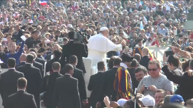 stockvideo's en b-roll-footage met pope francis delivers blessing and greets people during his weekly papal audience at st peter's square in vatican on april 15 2015 mawlawi shaykh... - sint pietersplein