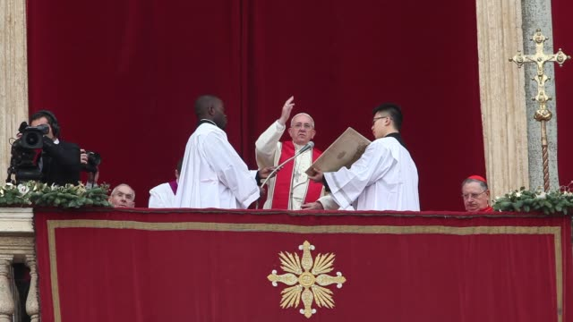stockvideo's en b-roll-footage met clean pope francis delivers his urbi et orbi christmas blessing at st peter's square on december 25 2013 in vatican city vatican - sint pietersplein