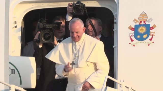 vídeos de stock e filmes b-roll de pope francis leaves panama after five day world youth day events with president juan carlos varela and wife lorena castillo hosting a farewell... - clero