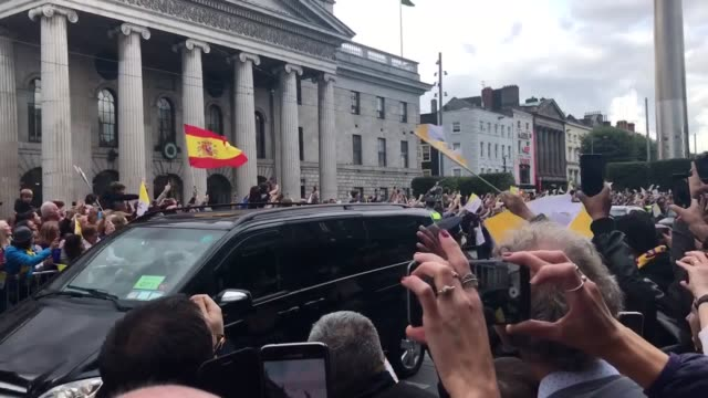 pope francis passes along o'connell street in dublin in his 'popemobile'. - ローマ法王専用車点の映像素材/bロール