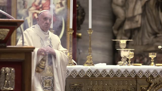 pope francis presides over mass on easter sunday morning in st. peter's basilica at the altar of the chair on april 04, 2021 in vatican city,... - live broadcast stock videos & royalty-free footage