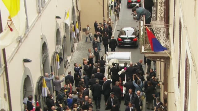 vídeos y material grabado en eventos de stock de pope francis rides down a crowded street in the popemobile. - religion or spirituality