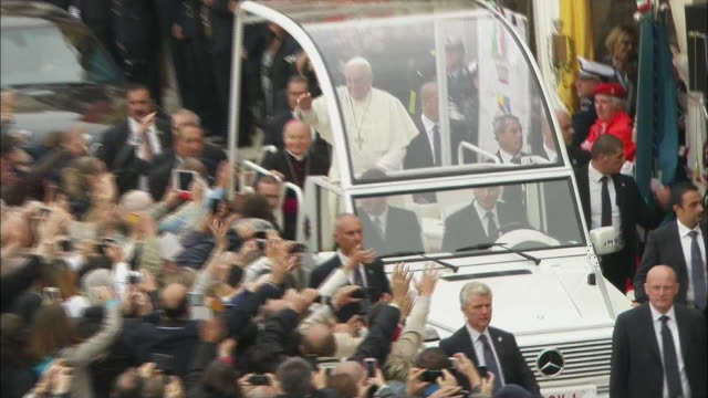 vídeos y material grabado en eventos de stock de pope francis rides through a crowd in the popemobile. - religion or spirituality