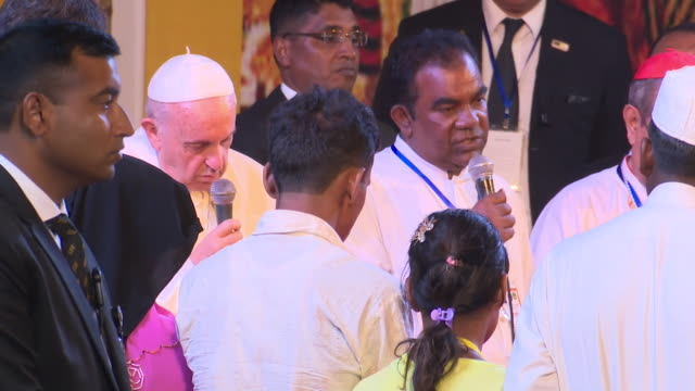 stockvideo's en b-roll-footage met pope francis speaking to rohingya refugees on a visit to dhaka bangladesh - vertaling