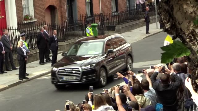 pope francis travelling in his 'popemobile' through dublin. he arrives at st mary's pro-cathedral where he will meet married and engaged couples. - ローマ法王専用車点の映像素材/bロール
