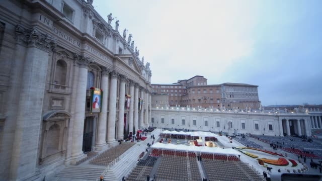 stockvideo's en b-roll-footage met t/l pope john paul ii and pope john xxiii are declared saints during a vatican mass at st peter's square on april 27 2014 in vatican city vatican - pope john xxiii