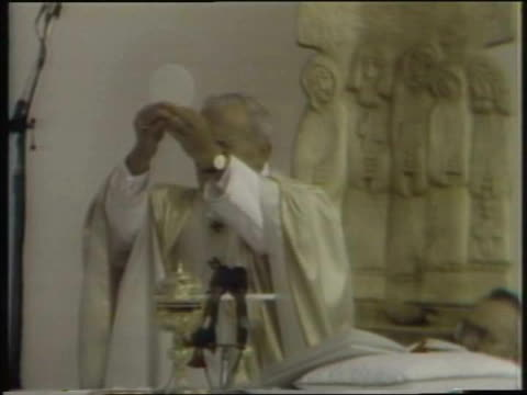 pope john paul ii gives communion on october 04, 1979 in chicago, illinois - pope john paul ii stock videos & royalty-free footage