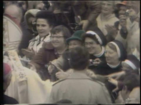 pope john paul ii greets crowd in chicago on october 04, 1979 in chicago, illinois - pope john paul ii stock videos & royalty-free footage