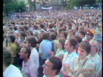 pope john paul ii sings from a balcony to a crowd below. - 1970 1979 bildbanksvideor och videomaterial från bakom kulisserna