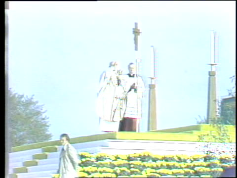 pope john paul ii visits grant park in chicago pope john paul ii doing service in chicago at grant park on may 31 1981 in chicago illinois - ローマ法王点の映像素材/bロール
