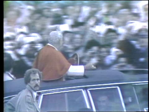 wgn pope john paul ii visits grant park in chicago pope john paul ii waving from car at grant park on may 31 1981 in chicago illinois - ローマ法王点の映像素材/bロール