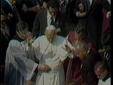 pope john paul ii walks through a crowd. - 教皇ヨハネ・パウロ2世点の映像素材/bロール