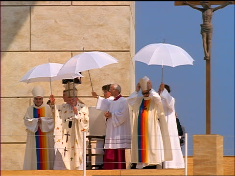 vídeos y material grabado en eventos de stock de pope john paul ii waving as church officials hold white umbrellas over him - pope