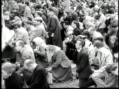 stockvideo's en b-roll-footage met pope john xxiii gives a blessing from a balcony of st peters basilica in vatican city - pope john xxiii