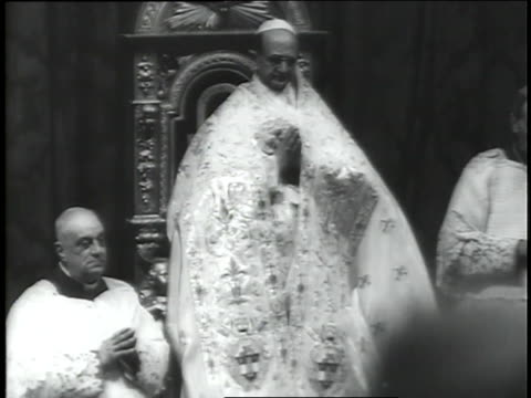 vídeos de stock e filmes b-roll de pope paul vi leads prelates in prayer on the last day of vatican ii. - padre