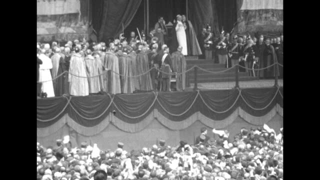 vídeos de stock e filmes b-roll de vs pope pius xi takes his seat on an elaborately decorated platform above a crowd waving handkerchiefs he gestures while addressing the assembly /... - basílica de são pedro