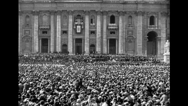 pope pius xii coronation crowds gather in vatican city to honor the new pope pope pius xii coronation on march 12 1939 in vatican city italy - stato del vaticano video stock e b–roll