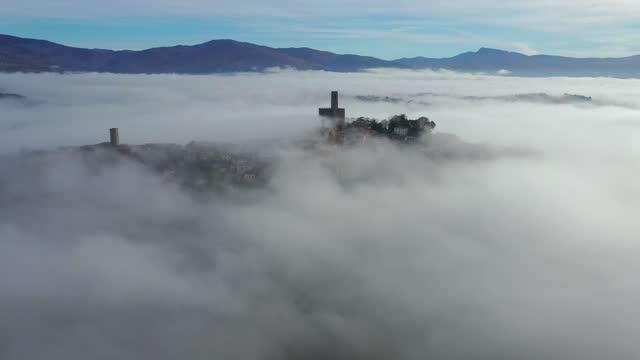 poppi town in casentino, tuscany, italy - nebbia video stock e b–roll