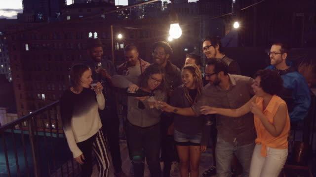 vidéos et rushes de bubbly saccadés à paerty sur le toit - balcon
