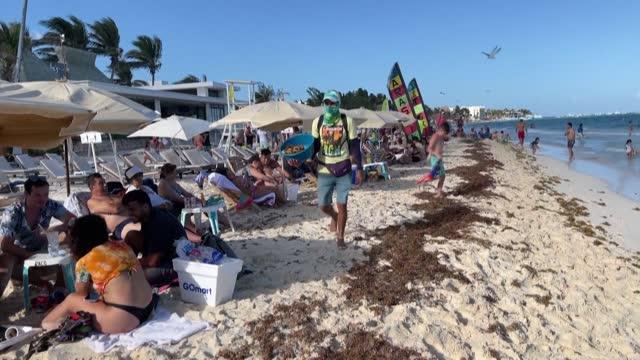 vídeos y material grabado en eventos de stock de popular beach resorts near cancun in mexico's quintana roo state are busy with tourists despite the coronavirus pandemic - quintana roo