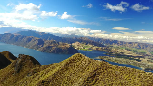 vidéos et rushes de a popular hike in wanaka, this 3 hour trek to the top of roys peak leads to spectacular views. - mont aspiring