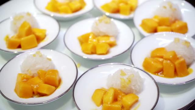 人気のタイのデザートマンゴーともち米 - シェーブルチーズ点の映像素材/bロール