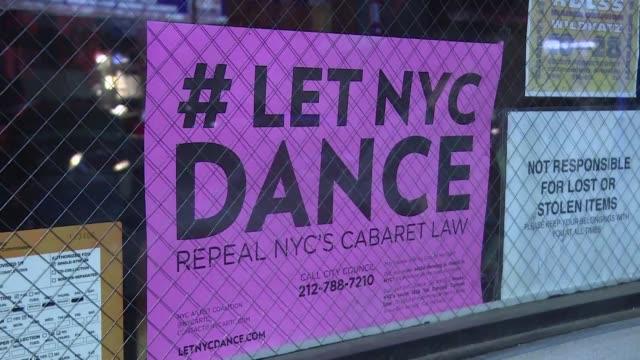 vídeos de stock e filmes b-roll de por muy dificil que parezca en la ciudad que nunca duerme bailar es ilegal - bailar