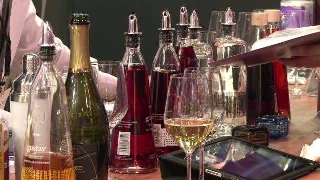 vídeos de stock, filmes e b-roll de por primera vez en diez anos la feria vinexpo asia pacifico se abre con una fuerte baja en el consumo de vino tinto en china el mayor consumidor del... - vino