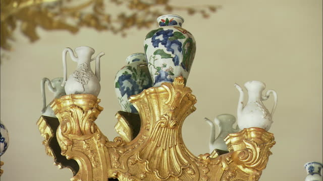 cu zo la porcelain vases on top of golden baroque wall decorations in munich residence (royal palace of the bavarian monarchs), munich, bavaria, germany - porcelain stock videos & royalty-free footage