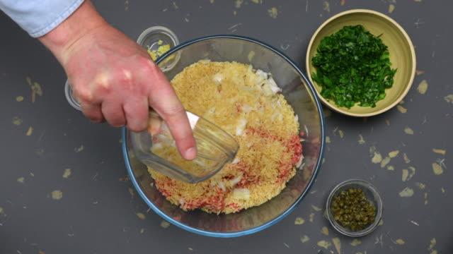 porcupine meatballs preparation. - ast pflanzenbestandteil stock-videos und b-roll-filmmaterial