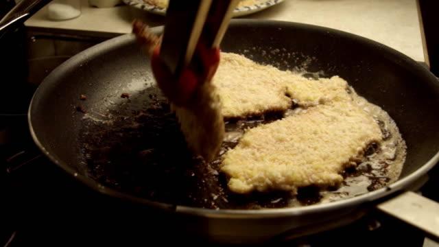 schweineschnitzel oder panierte schnitzel und braten in einer pfanne - kalbfleisch stock-videos und b-roll-filmmaterial
