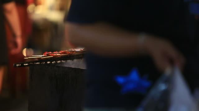 vídeos de stock e filmes b-roll de carne de porco grelhado - amanhar o peixe