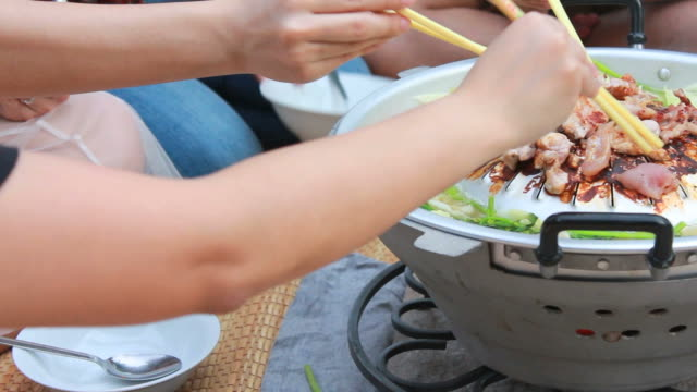 vídeos y material grabado en eventos de stock de cerdo asado con verduras - sartén plana
