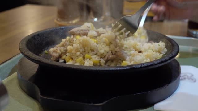 vídeos y material grabado en eventos de stock de carne de cerdo muerto y papel de arroz con pan caliente. - mckyartstudio