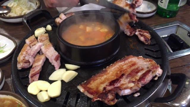 stockvideo's en b-roll-footage met varkensvlees op houtskool grill. koreaans voedsel - korea