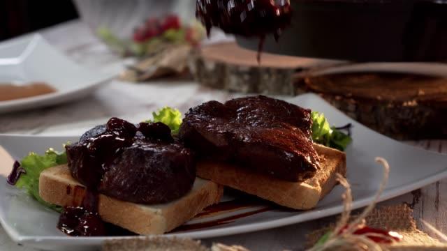 schweinesteak mit kirschsauce - kalbfleisch stock-videos und b-roll-filmmaterial