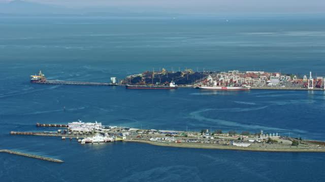 vídeos y material grabado en eventos de stock de aerial a port and a ferry terminal in delta, canada - perspectiva desde un helicóptero