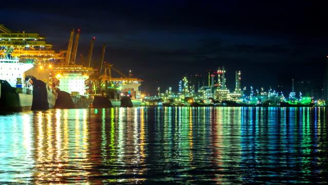 vídeos de stock e filmes b-roll de porto de carga e indústria de refinaria - indústria petrolífera