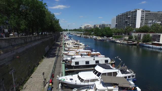 'port de l'arsenal' in paris, france. - バスティーユ点の映像素材/bロール