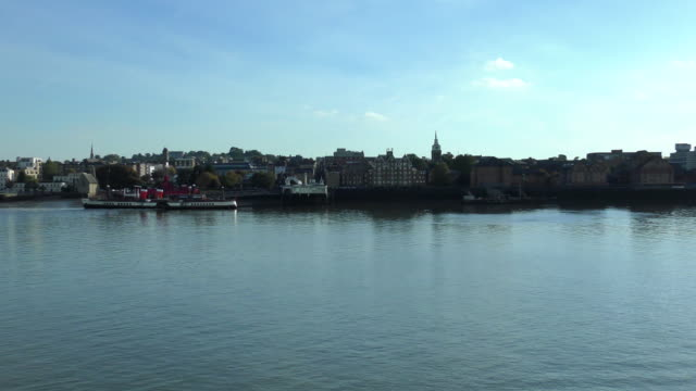 vídeos de stock e filmes b-roll de port departure - tilbury, england - kent inglaterra